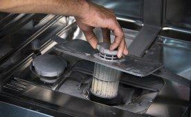 Как правильно выполнить чистку фильтра посудомоечной машины.