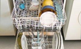 Що вигідніше, мити посуд руками або в посудомойке