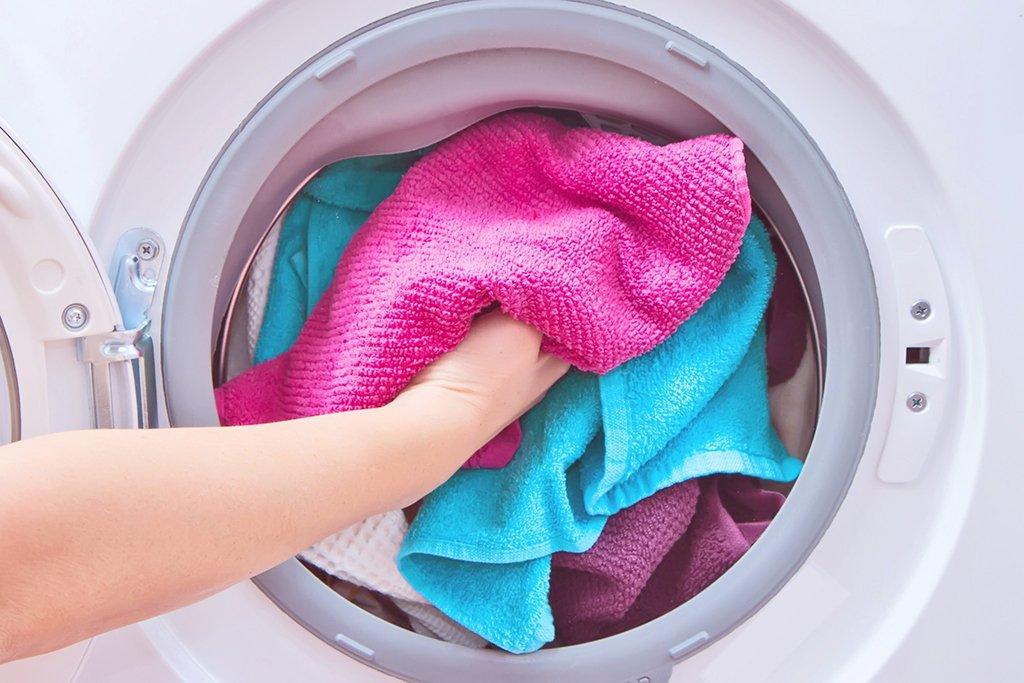 Процесс загрузки стиральной машины